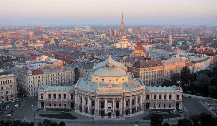 Blick auf die Stadt Wien mit Burgtheater (© Wien Tourismus/Herbst)