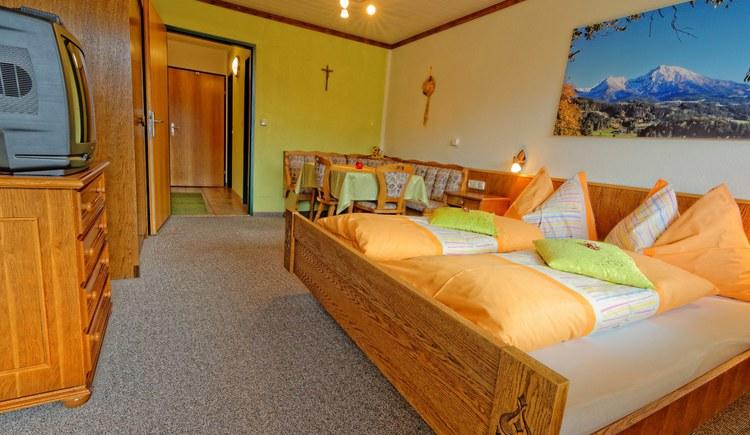 Wohn-Schlafraum mit Eßecke und Doppelbett. (© Sebastian Schmier)