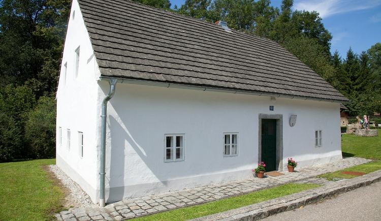 Au\u00dfenaufnahme des ehemaligen Wohnhauses einer Perger M\u00fchlsteinbrecherfamilie.