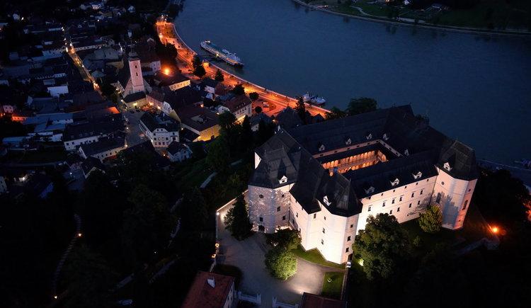 Schloss Greinburg bei Nacht - Luftaufnahme
