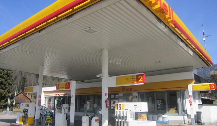 Vorderansicht der Shell Tankstelle in St. Agatha