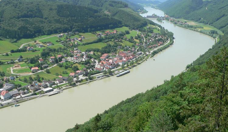Wunderschöne Ausblicke über Engelszell und das Donaukraftwerk Jochenstein (das linke Donauufer ist Österreich, rechts ist bereits Bayern)