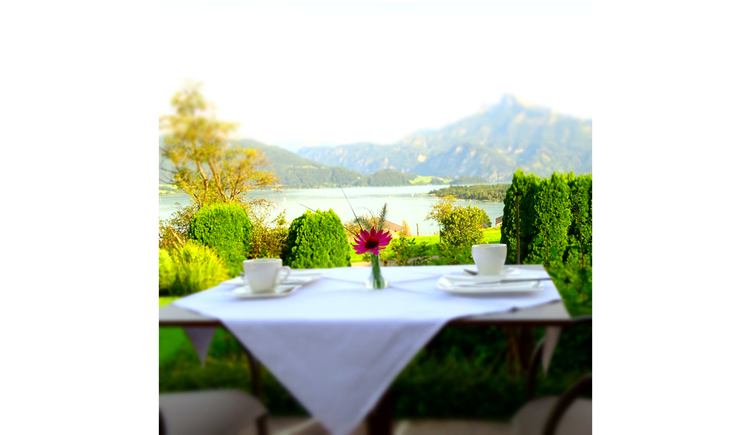 table, view to the lake and the mountain
