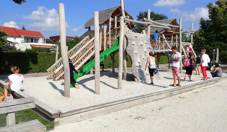 Pfahlbau Erlebnis.Welt.Erbe - Pfahlbau Spielplatz auf der Promenade in Seewalchen am Attersee