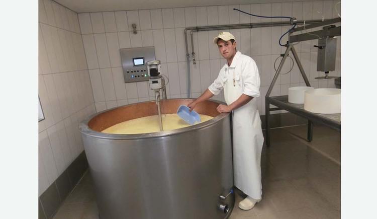 Person bei der Käseproduktion. (© Tourismusverband MondSeeLand)