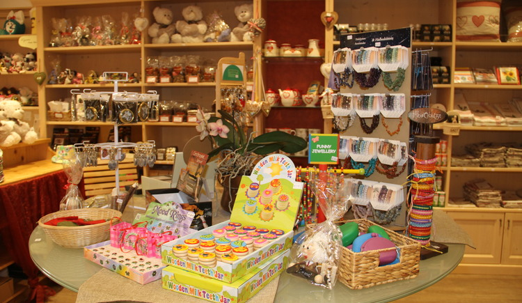 At the Hallstatt Shop many souvenirs can be bought. (© Christine Peinsteiner)