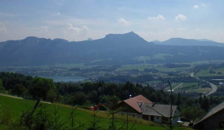Blick auf Mondsee, seitlich der See, im Hintergrund die Berge. (© www.mondsee.at)