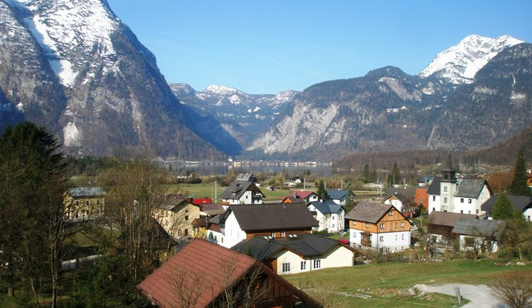 Beautiful photo of Obertraun surrounded by the impressive mountain scenery. (© Ferienregion Dachstein Salzkammergut)