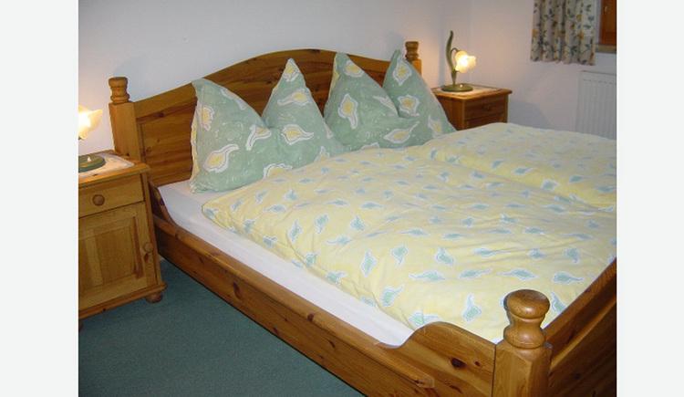 Vollholzmöbel, Doppelbett, Nachtkästchen mit Tischlampen