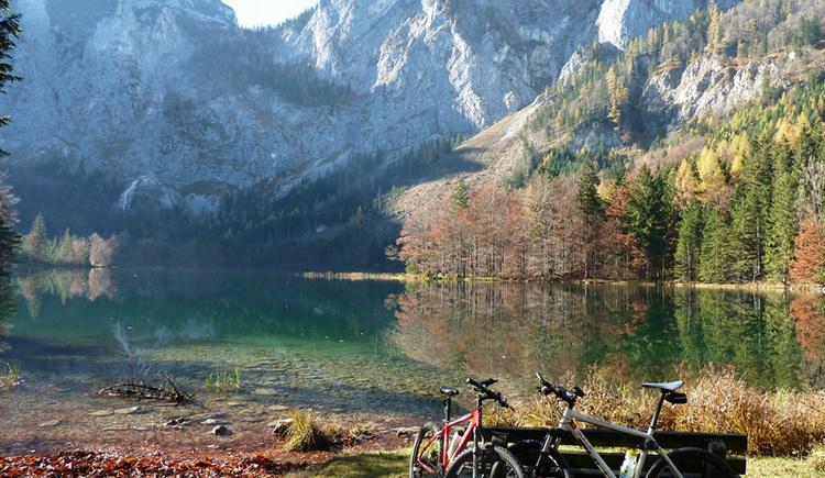 Herbstlicher See mit Gebirge im Hintergrund