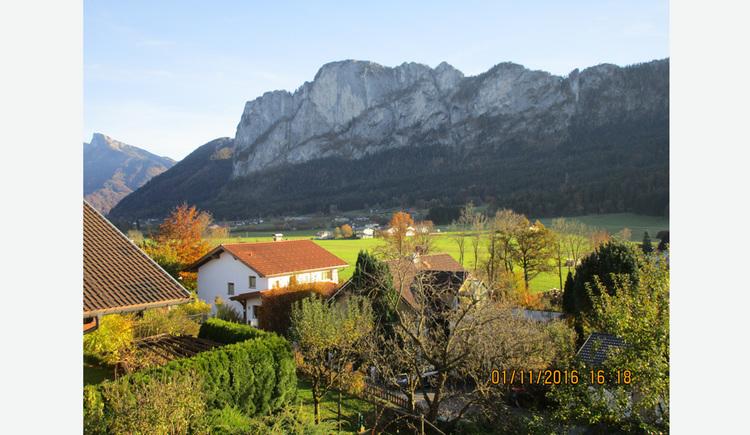 Ausblick auf die Landschaft, Häuser, Bäume, im Hintergrund die Berge
