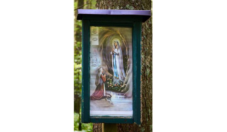 Blick auf das Marienbild an einem Baum