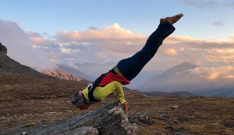 Mario Schober in Yoga Position am Berg. (© Mario Schober)