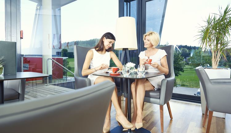 Damentreffen in der Spa Hotel Bründl Bar. (© OÖ-Tourismus-Bildstadt für Spa Hotel Bründl)