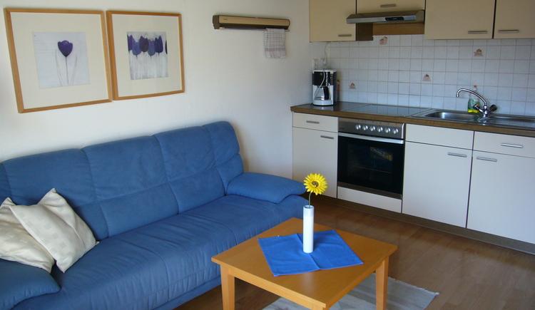 Großzügiger Wohnbereich mit Küche und gemütlicher Couch der Ferienwohnung zwei im 2. Stock