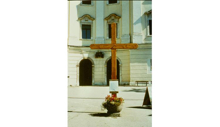 Blick auf ein Kreuz vor der Kirche
