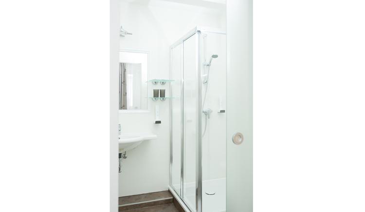 Blick ins Badezimmer, Dusche, Waschbecken, Spiegelschrank