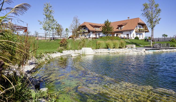 Außenansicht Hoamat mit Teich Restaurant Hoamat, Haibach. (© WGD Donau Oberösterreich Tourismus GmbH-Peter Podpera)