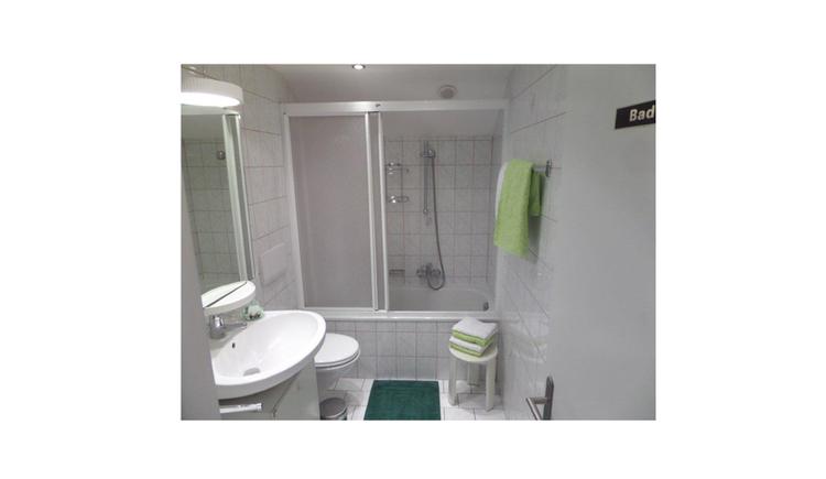 Badezimmer, Waschbecken, Toilette, im Hintergrund Badewanne, Hocker mit Handtücher