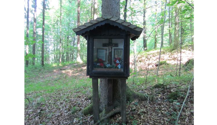 Blick auf einem Bildstock in einem Wald
