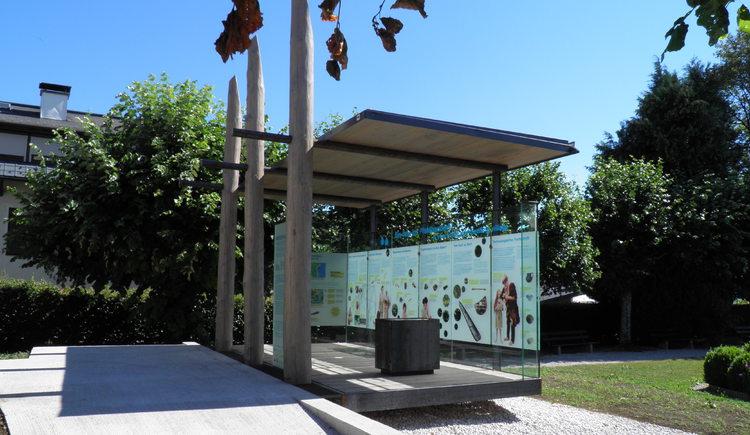 Seitenansicht des Pfahlbau Pavillons in Attersee am Attersee. (© Ferienregion Attersee-Salzkammergut)