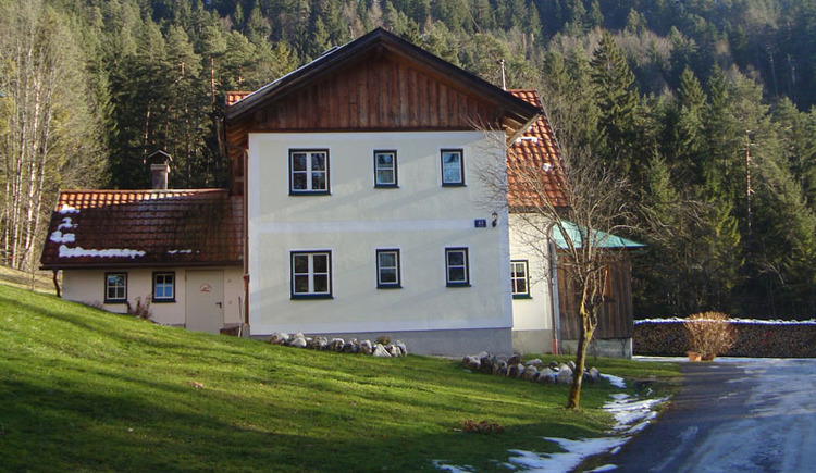 In a quiet location right on the edge of the forest is the house Waldbankerl