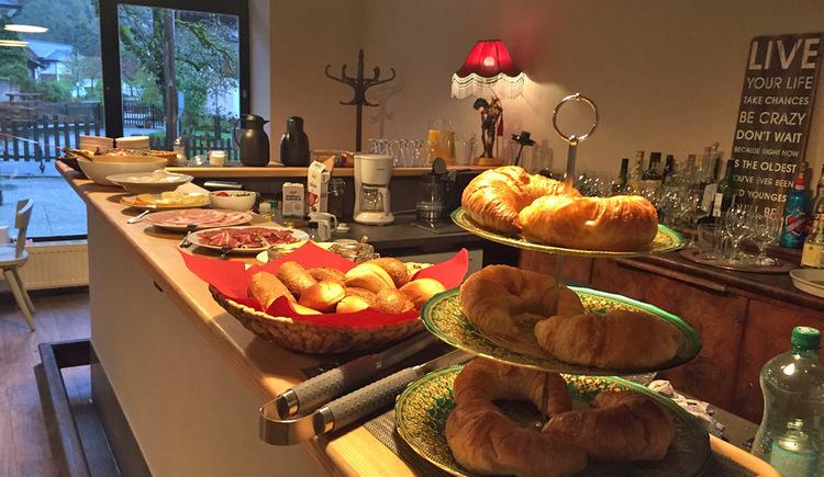 Die gemütliche Pension im Welterbeort Hallstatt. Am Morgen erwartet Sie ein herrliches Frühstücksbuffet. (© Fenix Hall)