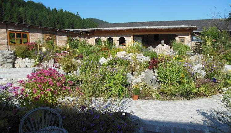Sun terrace with a view to the herb garden (© Erlebnisbauernhof Oberhinteregg Faistenau)