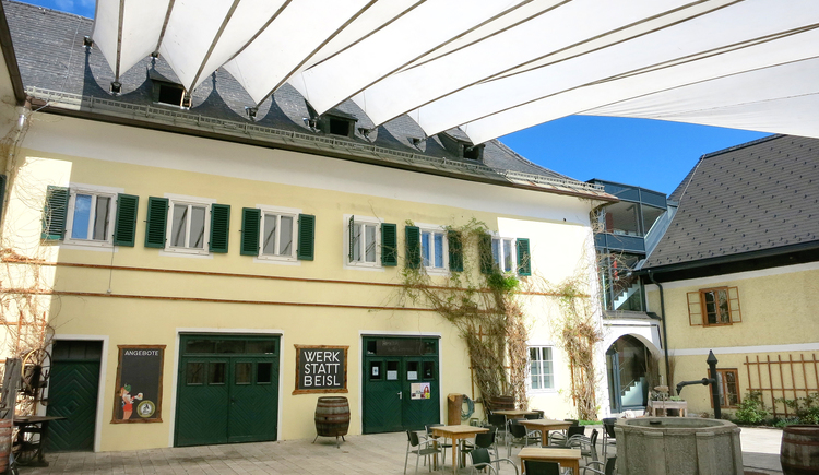 The workshop Beisl is located in the courtyard of the Schloss Neuwildenstein in the center of Bad Goisern. In fair weather, the event will of Course take place in the courtyard.