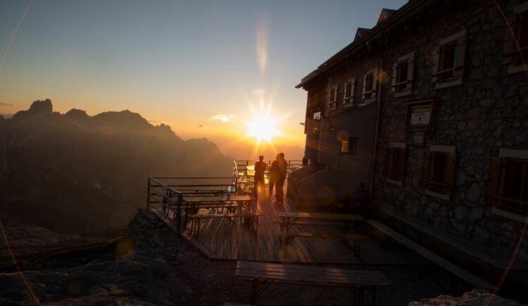 Sonnenuntergang auf der Terasse der Adamekhütte. (© Martin Scherr)