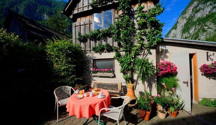Das Frühstück kann gemütlich im Garten genossen werden. (© Ferienregion Dachstein Salzkammergut / Kraft.Hallstatt)