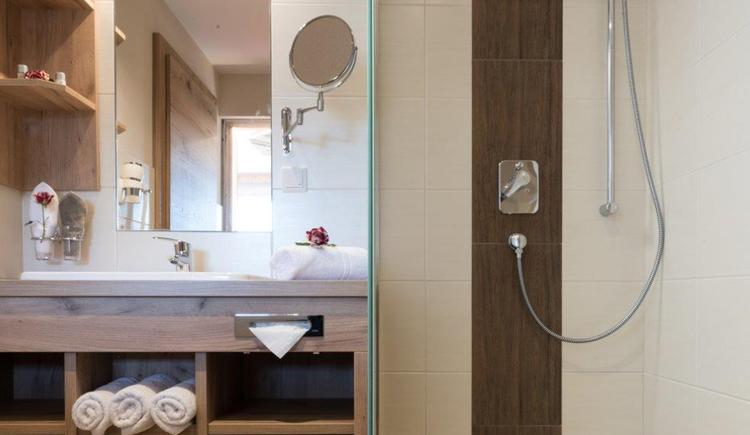 Bad mit Dusche, Waschtisch und Spiegel