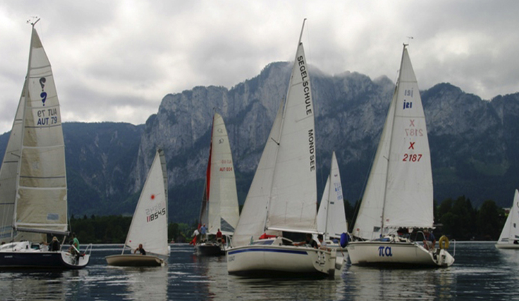 Some sailing boats at lake Mondsee, the mountain Drachenwand in the background. (© Segelschule Mondsee)