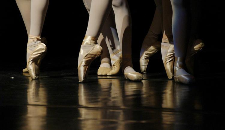 Kreistänze aus aller Welt im Tanzprobenraum der neuen Mittelschule in Strobl, Wolfgangsee. (© Pixabay)