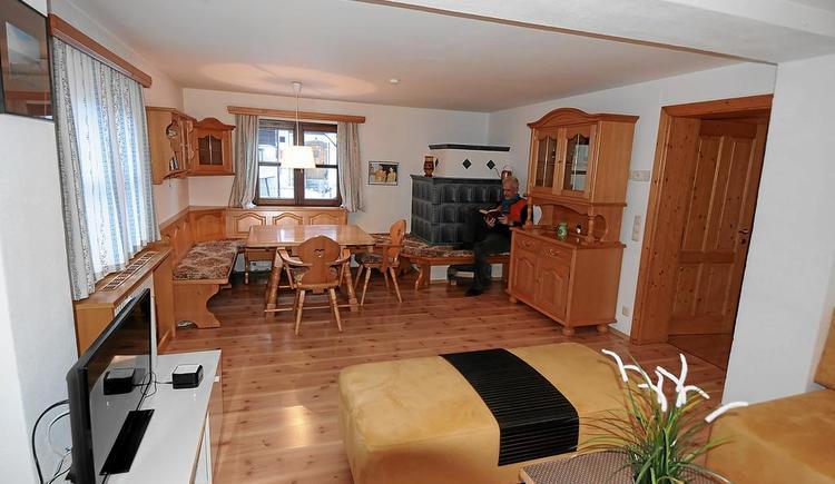 Der Wohnbereich im Apartment Hallstatt ist großzügig eingerichtet.