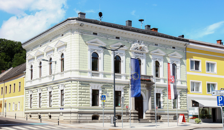 Rathaus Perg, Sommer - beflaggt