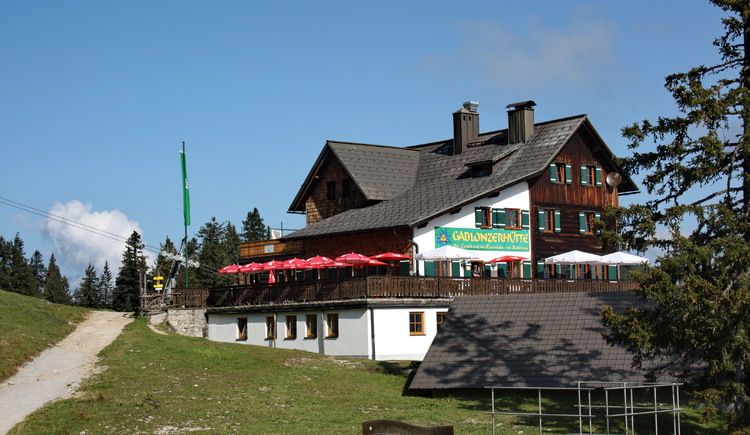 The Gablonzerhütte is located directly at the top station of the Gosaukammbahn