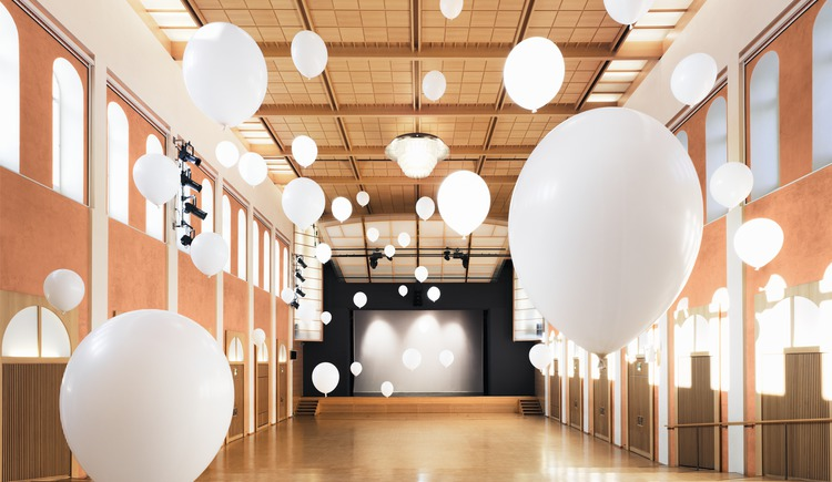Der geräumige und technisch vielseitig adaptierbare Theatersaal ist das Herz des Hauses.