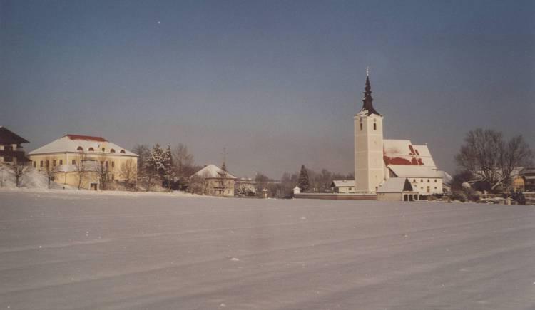 Kirche + LMS.jpg (© Bgm. Mag. Reiter)
