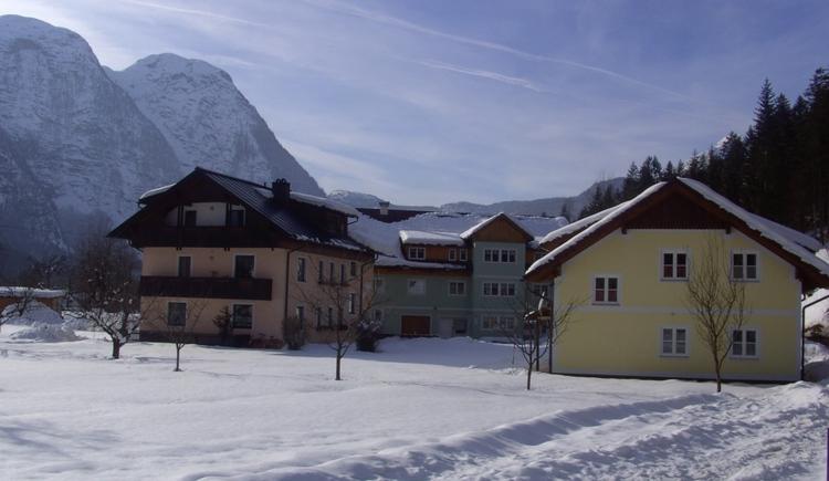 Ansicht des Hauses des Ferienhof Osl in winterlicher Landschaft. (© Renate Renner)