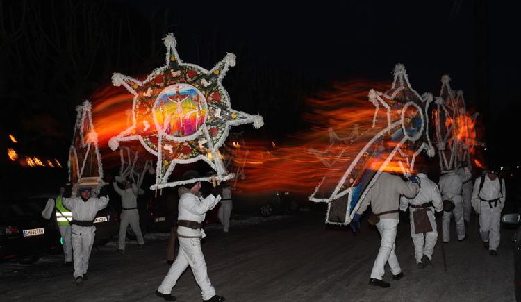 Traditioneller Glöcklerlauf am 5. Jänner in Bad Goisern am Marktplatz. (© FR Dachstein Salzkammergut / Viorel Munteanu)