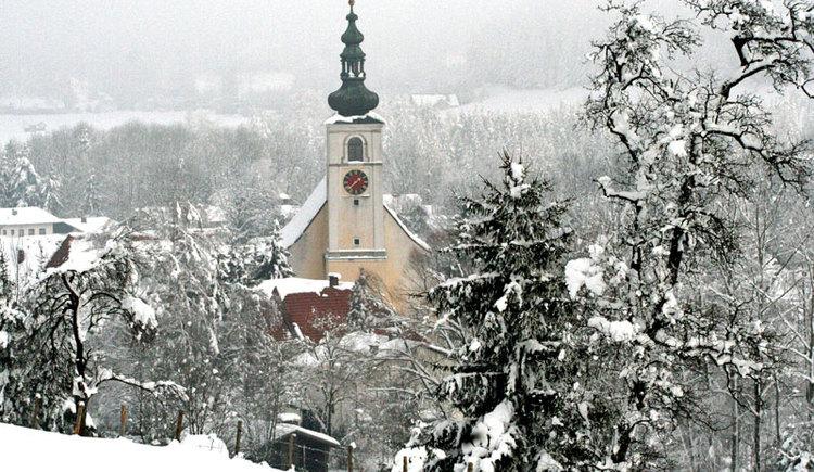 Viechtwang mit dem schön erhaltenen Dorfplatz mit Adventmarkt ist auch im Winter einfach wunderschön anzusehen. (© Tourismusverband Almtal-Salzkammergut)