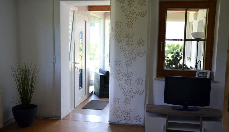 Wohnzimmer in den Vorraum (© Conny Rothauer)