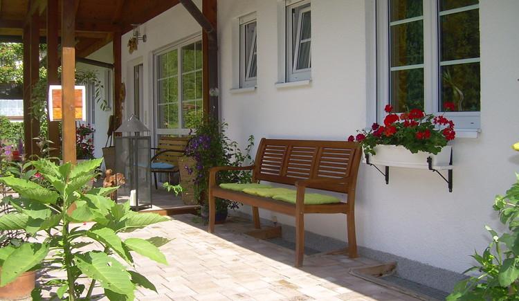Landhaus Bergidyll***, Familie Lindemann: Sitzgelegenheiten auf der gemütlichen Sonnenterrasse. (© Landhaus Bergidyll)