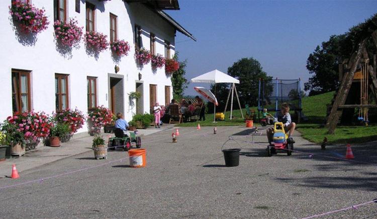 Spielende Kinder vor dem Haus