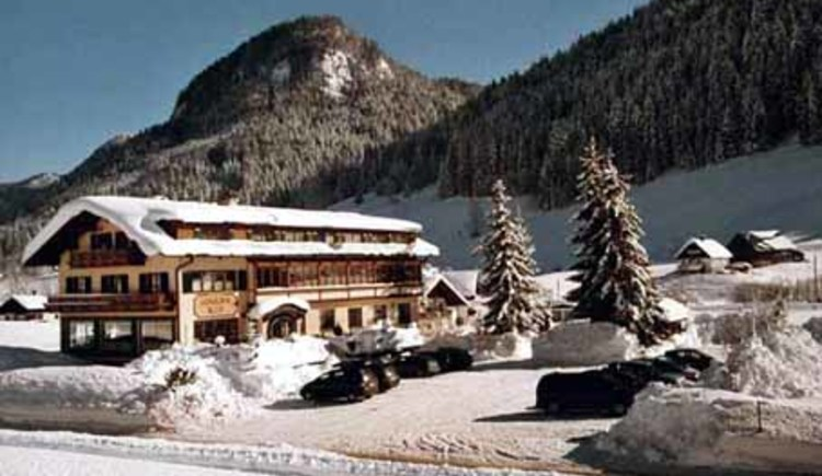 Der Gosauerhof mit viel Schnee.