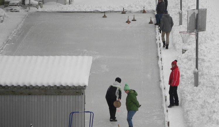 """...im Winter, je nach Witterung stehen 2 Eisbahnen zur Verfügung. Reservierung notwendig! \nGewöhnlich wird anschließend und zum Ausklang noch ein \""""Brad'l in da Rein\"""" verzehrt."""