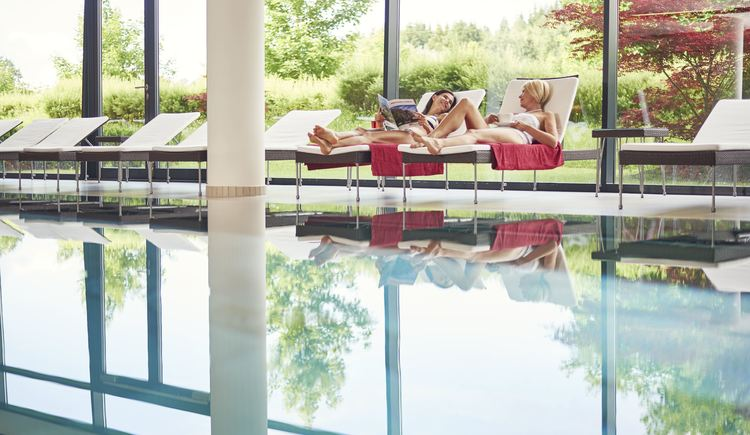 Wellness u. Entspannung am Pool. (© Spa Hotel Bründl)