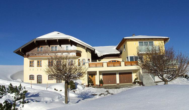 Blick auf das Haus, umgeben von der Winterlandschaft