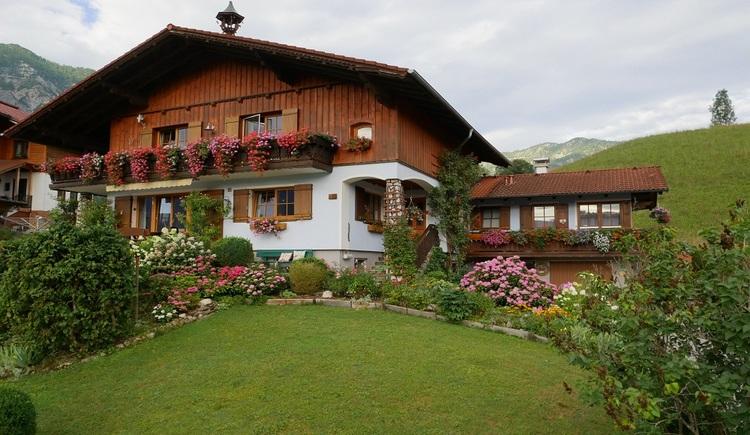 Das einladende Haus Hummelbrunner ist eingebettet in die wundervolle Umgebung der Ferienregion Dachstein Salzkammergut. (© Helga Hummelbrunner)